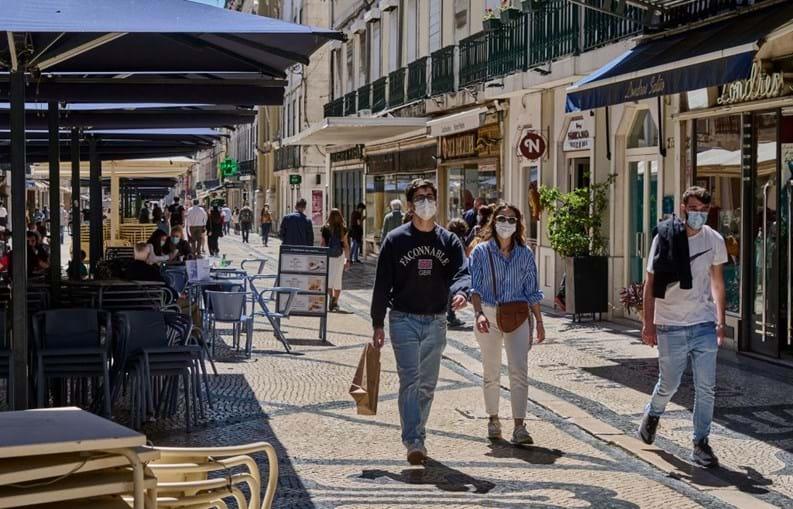 Portugueses passeiam com máscara na Baixa de Lisboa
