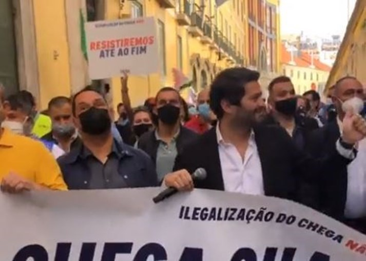 Centenas de pessoas em protesto contra a ilegalização do Chega em Lisboa