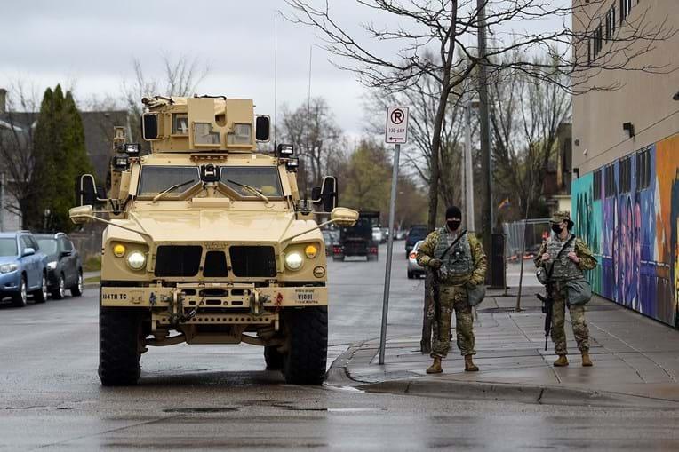 Militares da Guarda Nacional patrulham as ruas de Minneapolis na reta final do julgamento