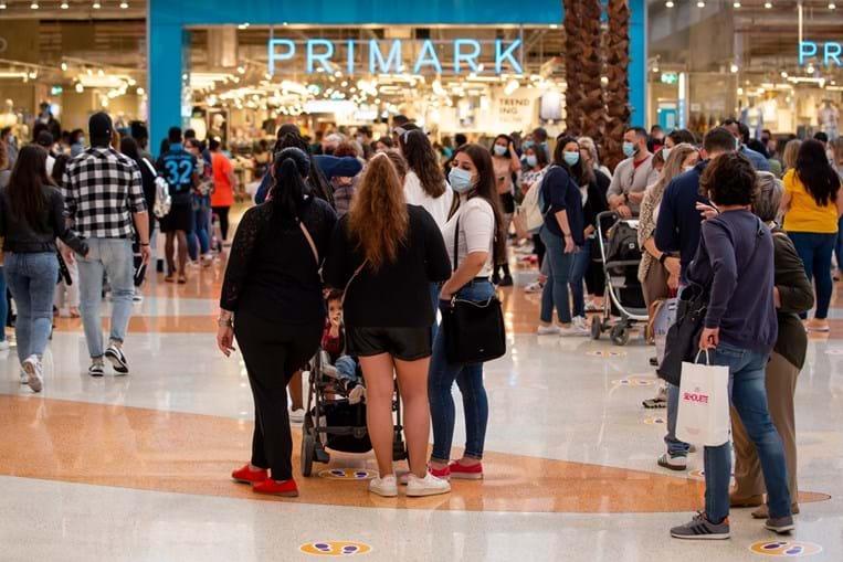 Amadora: Houve quem esperasse uma hora para poder ir comprar roupa, após meses com as lojas fechadas.