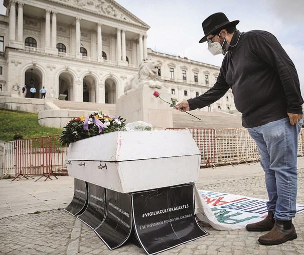 Grupo Vigília Cultura e Artes depositou um caixão ao fundo da escadaria da Assembleia da República