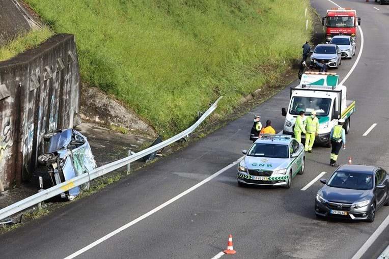 Violento despiste deixa carro destruído em Gondomar