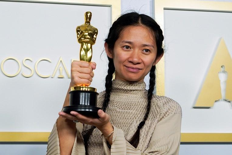 Chloé Zhao arrecada estatueta para Melhor Filme com 'Nomadland'