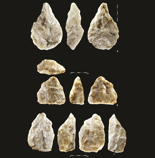Entre os instrumentos de pedra estão machados e cutelos