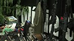 Polícia brasileira revela arsenal apreendido em operação na favela do Jacarezinho. 25 pessoas morreram