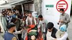 Bomba junto a escola faz pelo menos 40 mortos no Afeganistão. Maioria das vítimas são crianças