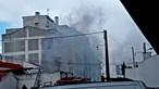 Bombeiros combatem chamas em armazém de construção civil em Vila Franca de Xira