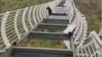 Fica preso a mais de 100 metros de altura após ponte suspensa com fundo em vidro se partir