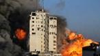 Edifício em Gaza colapsa após ataque aéreo israelita. Veja o momento