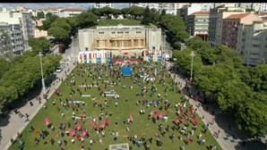 Máscaras e distância de segurança: Dia do Trabalhador reúne centenas de pessoas na Alameda em Lisboa