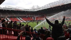 Adeptos do Manchester United invadem relvado de Old Trafford em protesto contra donos do clube
