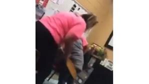 Professora bate em aluna com tábua de madeira e é filmada pela mãe da criança