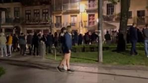 Multidão junta-se após fecho de cafés e restaurantes no Porto
