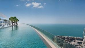 Há um hotel no mundo que bateu o recorde com a piscina mais alta de sempre. Saiba onde fica