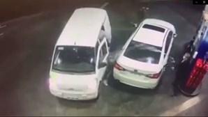 Condutor rega com gasolina ladrões que se preparavam para assaltá-lo