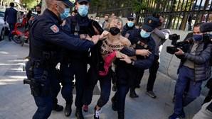 Ativistas do FEMEN protestam contra o Vox em dia de eleições regionais em Madrid
