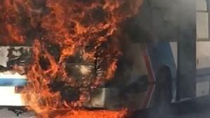 Autocarro incendeia-se em Oeiras