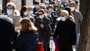 Centenas de pessoas formam longas filas para votar nas eleições regionais de Madrid