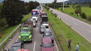 Camionistas colombianos bloqueiam estradas em protesto contra o governo