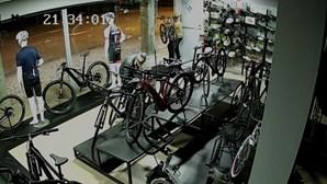 Imagens de videovigilância mostram furto de bicicletas em loja de Santa Maria da Feira