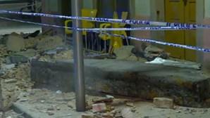 Beiral de prédio sofre derrocada em rua de Espinho