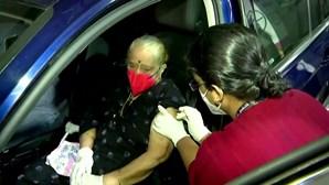 Índia cria primeiro drive-in de vacinação contra a Covid-19 em Mumbai
