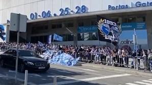 Centenas de adeptos apoiam FC Porto antes da partida para defrontar o Benfica em Lisboa