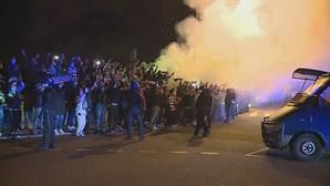 Adeptos recebem o Sporting em euforia junto ao estádio de Alvalade. Veja as imagens