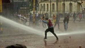 Confrontos entre polícia e manifestantes no oitavo dia de protestos em Bogotá