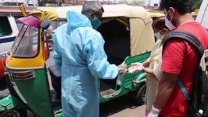 Tuk-tuks usados como ambulâncias para ajudar sistema de saúde em colapso na Índia
