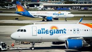 Avião de passageiros aterra em segurança em Los Angeles após colisão com pássaro