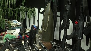 Polícia brasileira revela arsenal apreendido em operação na favela do Jacarezinho