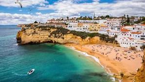 """Procura de viagens para Portugal dispara no Reino Unido horas antes de país entrar na """"lista verde"""""""