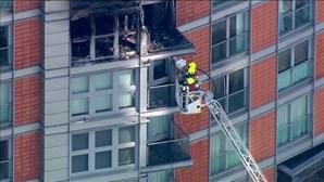Imagens aéreas mostram bombeiros a combater incêndio em prédio de 19 andares em Londres