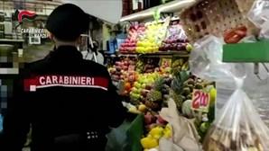 Polícia italiana encontra armas e mais de dez quilos de droga em mercearia em Nápoles