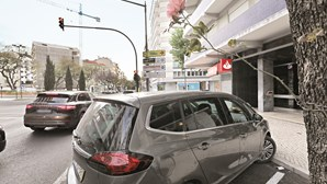 Pai grita desesperado com filha bebé morta nos braços esquecida no carro pela mãe