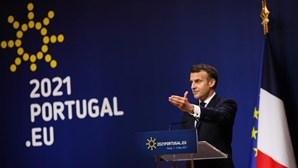 Macron apela aos EUA para acabar com restrições a exportações de vacinas
