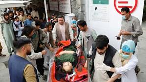 Bomba junto a escola faz pelo menos 55 mortos no Afeganistão. Maioria das vítimas são crianças