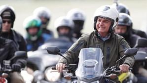 Bolsonaro sem máscara ignora regras da pandemia e gera concentração de motards em Brasília