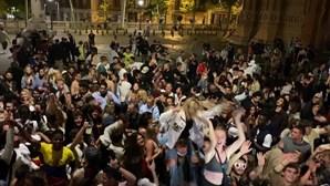 Centenas de pessoas sem máscara celebram fim do confinamento obrigatório em Barcelona