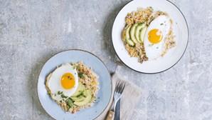 Salada fria de quinoa com abacate perfeita para os dias quentes que estão a chegar