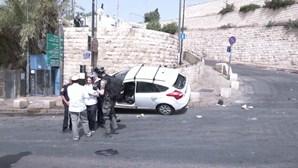 Palestinianos apedrejam carro israelita em Jerusalém