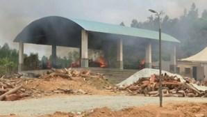 Familiares constroem piras para queimar corpos de vítimas da Covid-19 na Índia
