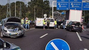Duas mulheres encarceradas em acidente com dez carros na A41
