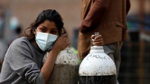 Nepal pede a quem escalar o Evereste para levar botijas de oxigénio vazias