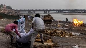 Dezenas de cadáveres de vítimas de Covid-19 encontrados nas margens do rio Ganges