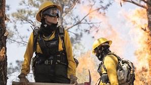 Angelina Jolie é bombeira em novo filme de sobrevivência