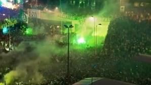 Adeptos festejam golo de Paulinho no exterior de Alvalade