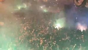 A euforia dos adeptos após o golo de Paulinho que colocou Sporting em vantagem no marcador