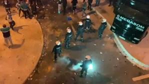 Polícia apedrejada por adeptos do Sporting no Estádio de Alvalade. Veja as imagens